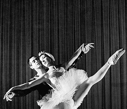 1960 Le Lac des cygnes ballet - Jean-Paul Andreani and Claire Motte performing on stage at Opera de Paris.  Credit: Christjeudi10, Wikimedia commons